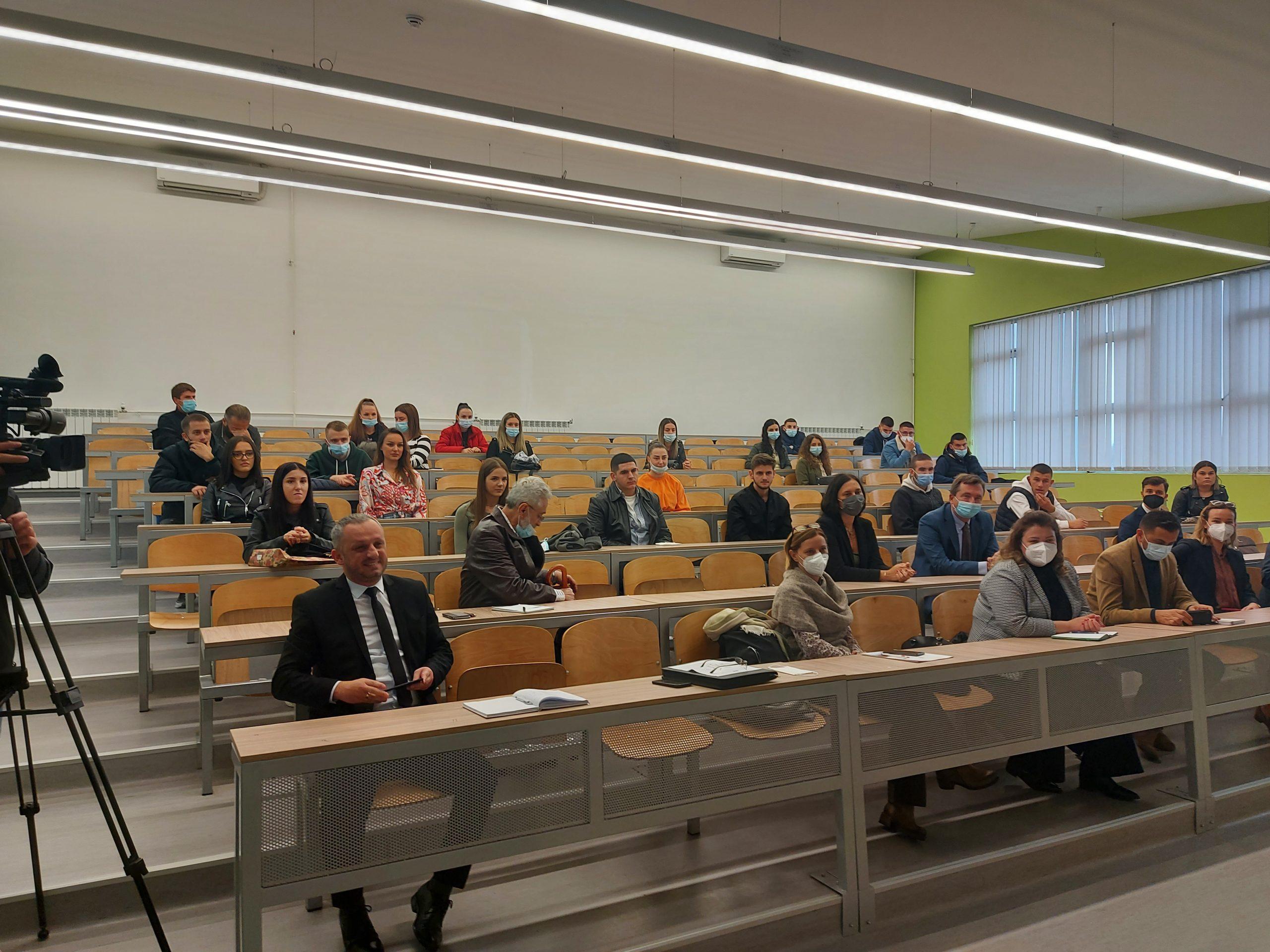 Fillon viti i ri akademik në fakultetin ekonomik, mbahet edhe tryezë për programet studimore (foto)